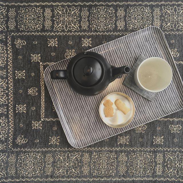 .寒くなってきたからふかふかのラグにすわってトレイを置いてお茶の時間。.fog リネンコーティングトレイ入荷しました!サイズもマグが乗るサイズやポットまで乗せれる大きなサイズも。.#fog#foglinenwork #hausmatsue #島根#松江