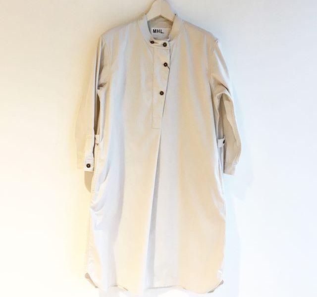 .ゆったりとしたシャツワンピ1枚にタイツ。そのまま、部屋でごろんとできるような格好が理想。雨の日は家でまどろむ。.あわせてこちらもどうぞ︎@haus_howell ..#MHL.#brushed dry cotton twill#onepiece#hausmatsue #島根#松江