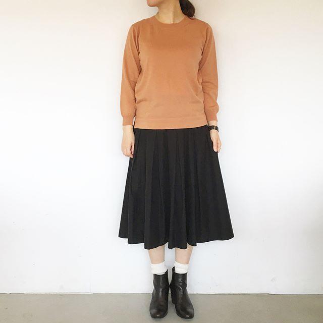 .ピンクは苦手だけどもこの色は平気。キーカラーのナツメグ色。.たまには女性らしい色物も良いものだなと思う今日この頃。.肌寒くなった今日にちょうどいいコットンウールのニット。color  ナツメグ(ピンク系)、ネイビー.あわせてこちらもどうぞ@haus_howell ..#margarethowell #wool cotton jumper#knit#日本製#ナツメグ#hausmatsue #島根#松江