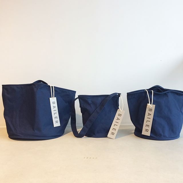 """今季より取扱のバッグブランド、""""bailerベイラー""""をご紹介します。・バケツ型のバッグで、船舶の備品として使われる淦汲み(あかくみ)という布バケツがベース。40年前から製造される綿帆布製バケツと同じクオリティの素材、縫製で作られています。・使い込んで育てていくのも楽しいと思います!リペアも出来るそうなので、長くご愛用いただけます。・是非店頭でご覧ください!おすすめです!・《haus営業時間》ショップ  11:00-20:00ビストロカフェ  モーニング  9:00-11:00(オーダーストップ10:30)ランチ〜ディナー 11:30-21:00(オーダーストップ20:15)#hausmatsue#bailer#ベイラー#3sun#パラフィン加工#バケツバッグ#持ってる画は後日#haus_zakka"""
