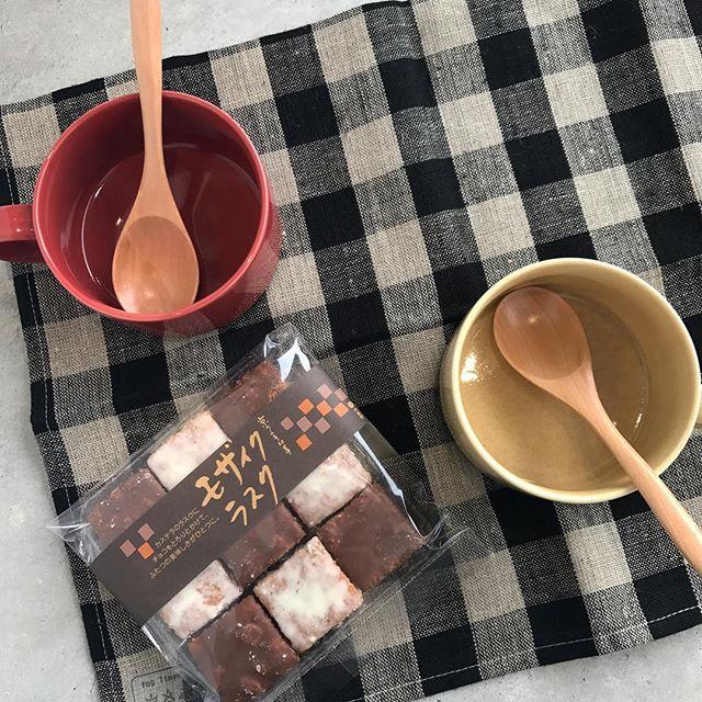 .急に寒くなって一気に衣替え。食べるものもあったかそうなもの食べたいなーっと。.温かい飲み物とお菓子。冬季限定のモザイクラスク。見た目もおしゃれ。さくっとした軽い食感の生地にチョコがたまりません♡..#3時のおやつ#モザイクラスク#ラスク #カステラ#チョコ#ホワイトチョコ#ミルクチョコ#fog #キッチンクロス#スープマグ#スプーン付き#hausmatsue #島根 #松江