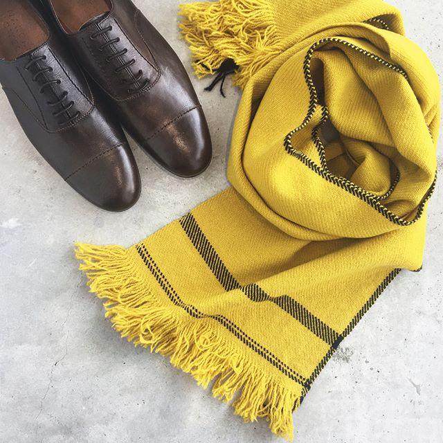 .brownyellow秋の色。これもすき。.MICA HIROSAWAさんというロンドンをベースに活動しているテキスタイルデザイナーの女性が丁寧に一枚ずつ織り上げるスカーフは一日に一枚しか織れないスペシャルなアイテム。ショーのスタイリングでも多く使われてます。..#margarethowell #selvedge wool scarf#micahirosawa ##秋#autumn#秋色#革靴#premiumline#leather#shoes#hausmatsue #島根#松江