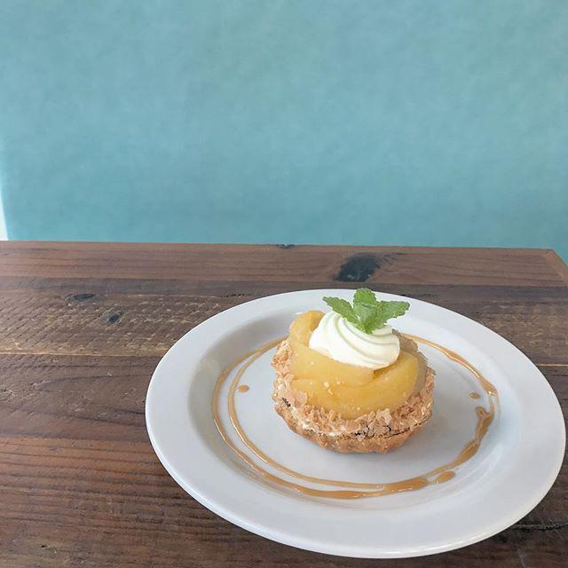 ..こんにちは◎本日もご来店ありがとうございます。..新しいデザートが始まりました!.アールグレイの茶葉を使った紅茶の生地のうえに紅玉の焼きりんごをのせた秋らしいデザートです。..ぜひお試しくださいね♡..こちらのページも随時更新中です。チェックお願いします♡@haus_cafe_foods ..#dessert #sweet #tarte #りんごのタルト#アールグレイ #紅茶 #生地#紅玉 #焼きリンゴ#cafe #カフェ#cafestagram #instafood #cafetime #haus_matsue#hausmatsue #松江カフェ #島根カフェ#松江 #島根