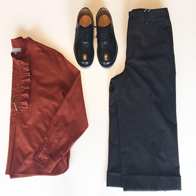 .シーズンカラーのRust=ラスト赤でもなく茶色でもなくオレンジでもない深い秋の色。.甘めにならない色物にとても惹かれます。.あわせてこちらもどうぞ︎@haus_howell .#margarethowell #fine cotton wool shirting#shirt#flannel #trouser#leathershoes#革靴#hausmatsue #島根#松江