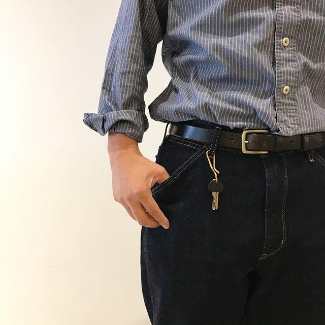 .大きすぎず小さすぎず。どんなファッションの邪魔をしないキーフック。前につけても後ろにつけても◎上品なゴールドなのでどんな色味の洋服との相性抜群です。.こちらも合わせてお願いします。@haus_zakka ..#key #キー#キーフック#キーチェーン#ゴールド#コンパクトサイズ#ギフト #gift#fashion #hausmatsue #島根 #松江