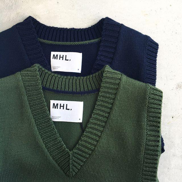 .ひさしぶりの行楽日和の天気の良い1週間。晴れ間の日中はほどよくあったかい。車の中なんて汗ばむくらい。こんな時はニットベストがちょうどいい。.あわせてこちらもどうぞ︎@haus_howell ..#MHL.#hand rib wool #vest#knit#vneck #羊毛#ポロワース#hausmatsue #島根#松江