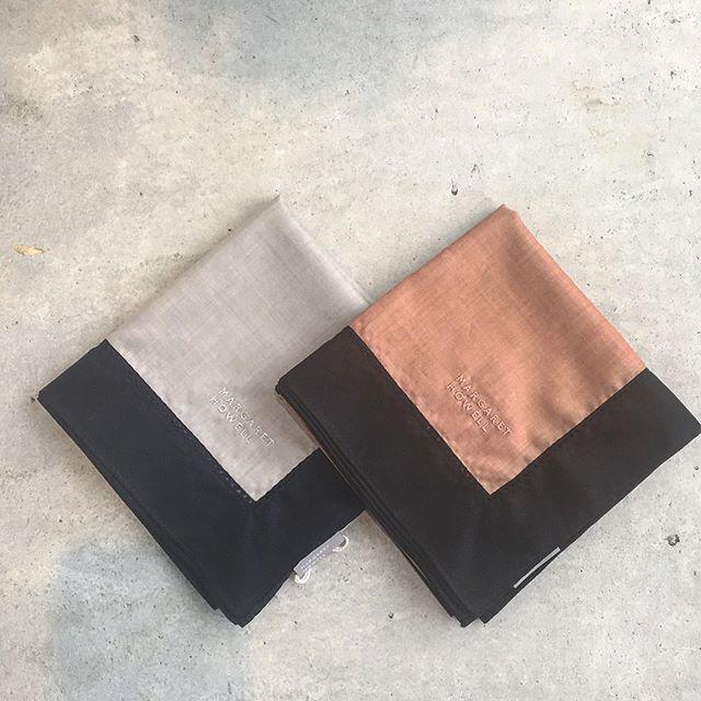 .バイカラーの縁取りと刺繍がすてきなハウスホールドのハンカチ入荷しました︎.color グレー、ナツメグ.グレーにはネイビーの縁取りそしてナツメグにはブラックの縁取り。#householdgoods #margarethowell #picot stitch cotton hanky#handkerchief#ハンカチ#日本製#hausmatsue #島根#松江