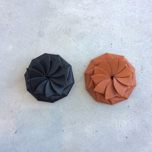 糸を一切使わず、まるで折り紙のように作られたコインケース。本来は北欧のサーミ族がトナカイの革で作る伝統工芸品です。・日本製の革で再現されたこちらは、使うほどに手に馴染みます。片手で開閉出来て驚くほど便利。ギフトにもおすすめです!・《haus営業時間》ショップ  11:00-20:00ビストロカフェ  モーニング  9:00-11:00(オーダーストップ10:30)ランチ〜ディナー 11:30-21:00(オーダーストップ20:15)#hausmatsue#サミ族#サーミ族#craft_one#concretecraft#コインケース#haus_zakka