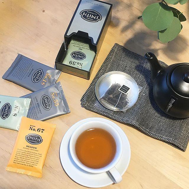 .【STEVEN SMITH TEAMAKER】.アメリカ・ポートランドで生まれた高品質なフルリーフティーブランド。米国紅茶業界で40年以上のキャリアを持つスティーブンスミス氏が「紅茶をひとつ上の芸術として形作りたい」という想いから立ち上げたブランドです。.HAUSでは23.カンディ33.マサラチャイ47.バンガロー55.ロードベルガモットの4種類の紅茶と人気のお茶6種を試せる6/6.スミスサンプラーをご用意しております。シンプルでお洒落なパッケージなのでギフトにもオススメです︎.#stevensmithteamaker #stevensmith #紅茶 #tea #teatime#お茶 #ハーブティー #緑茶 #アソート#アメリカ #ポートランド#ギフト #gift#hausmatsue #島根 #松江