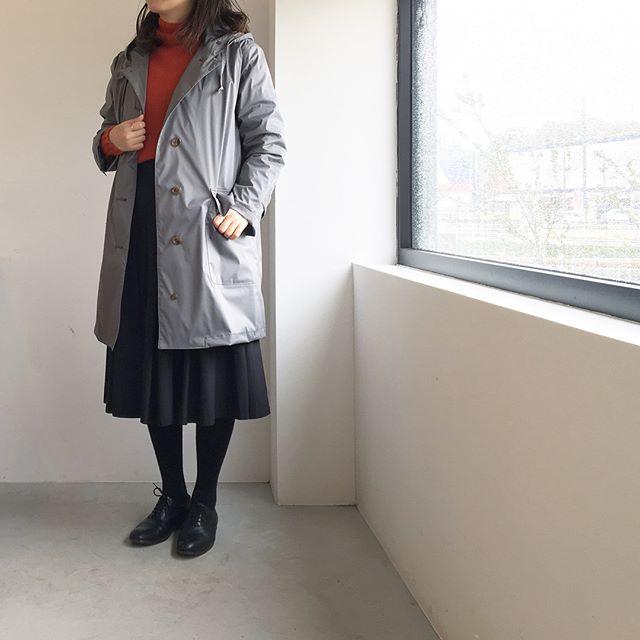 .雨の日はフーデットコートの出番︎.レインコートとしても着れる防水のコート。中綿のライナーつきだからこれからの寒い季節にも。そしてライナーを外せば梅雨時期にも。.あわせてこちらもどうぞ︎@haus_howell ..#margarethowell #performance nylon poplin#raincoat#シンサレート#hausmatsue #島根#松江