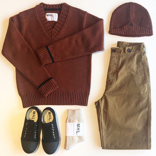 .大山の紅葉も今が見頃のよう。着るものも目が行くのは秋色。なつかしい雰囲気のダークオレンジがとてもすてき。.あわせてこちらもどうぞ@haus_howell ..#MHL.#hand lib wool#knit#ポロワース#羊毛#basic brushed cotton chino#trousers#sneaker#socks#hausmatsue #島根#松江