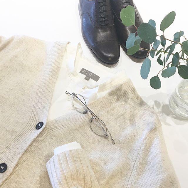 .気持ちまでふんわりと柔らかくなるような白のコンビ。.やわらかいウール混のシャツにさらに柔らかくてふわふわなカシミヤをたっぷり使ったVネックのカーデ。.冬の白いものたちもいろいろ届いてますよ。.あわせてこちらもどうぞ︎@haus_howell .#margarethowell #twisted cashmere wool#cardigan#cashmere#Fine cotton wool shirting#shirt#laceup shoes#leathershoes#革靴#ユーカリ#ユーカリポポラス#めがね #lunor#ルノア#hausmatsue #島根#松江