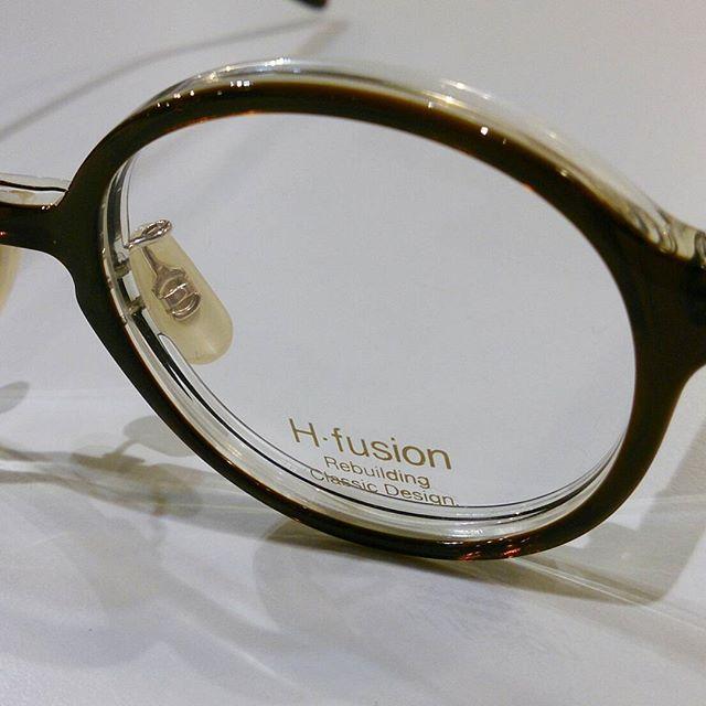 H-fusion最新作の登場です!HFL-814は顔にとても馴染みやすい小振りのラウンドで調整のしやすいノーズパッド付!ブラウンとクリアの2層の生地はプラスチックのボリュームを感じない軽やかな印象です。#haus_matsue #めがね女子 #眼鏡 #島根 #松江眼鏡 #松江#h-fusion #ラウンド #クラウンパント