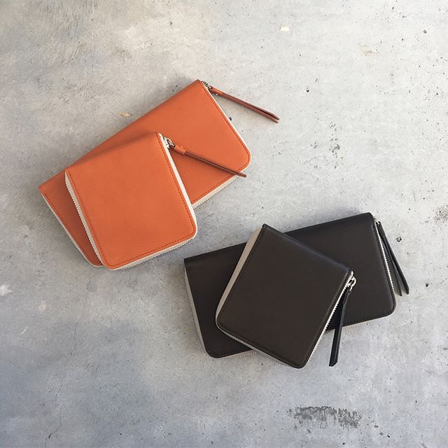 .秋色財布。秋だからって空き=からっぽなんて迷信は気にしない。.実りの秋を信じてふくらむお財布にするんだ。と言霊を送る。要は考え方次第なのだ。なるべくたのしいほうを選びたい。.長財布と二つ折り財布が入荷しました︎.あわせてこちらもどうぞ@haus_howell .#margarethowell #snooth leather wallet#ラウンドファスナー#長財布#二つ折り財布#牛革#leather#orange#darkolive#hausmatsue #島根#松江
