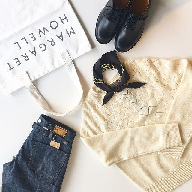.カシミヤとラムのやわらかい透かし編みのニットが届きました︎..またも白いニットに釘付け。寒くなったからかな。.あわせてこちらもどうぞ︎@haus_howell ..#margarethowell #wool cashmere jumper#透かし柄#knit#cashmere#wool#ram#ホワイトカシミヤ#エクストラファインラム#edein#graycast#denim#leathershoes#革靴#peysley #silkscarf#logotote #hausmatsue #島根#松江