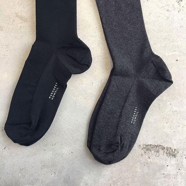 .ハウエル定番のコットンリブタイツ。肌にやさしい綿ベースウールのようにチクチク感がありません。そして毛玉が出来にくいのもうれしいですね。程よいフィット感と厚みで長いシーズン履いていただけます。.color ブラック、チャコール.#margarethowell #cotton rib tights#cottontights#tights#hausmatsue #島根#松江
