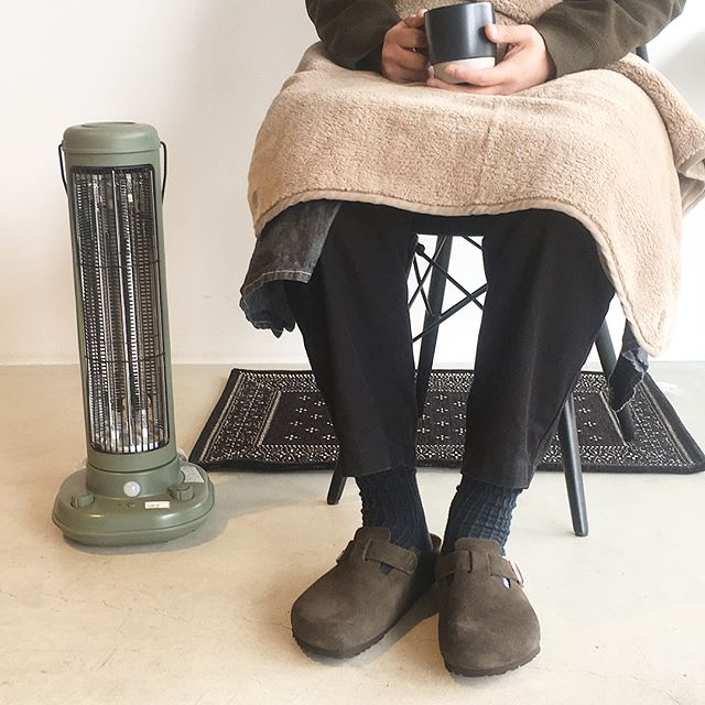 .寒い冬の強い味方。BRUNOカーボンファンヒーター入荷しました︎♡.スイッチを入れてわずか10秒で暖まります!軽量&コンパクトなので持ち運びも楽々◎ノスタルジックなデザインでどんな場所にもしっくり馴染んでくれます。.#BRUNO #ブルーノ#BRUNOCARBONFANHEATER#カーボンファンヒーター#ヒーター #冬 #人感センサー#グレージュ #カーキ #ブラック#家電 #家具 #インテリア#hausmatsue #島根 #松江