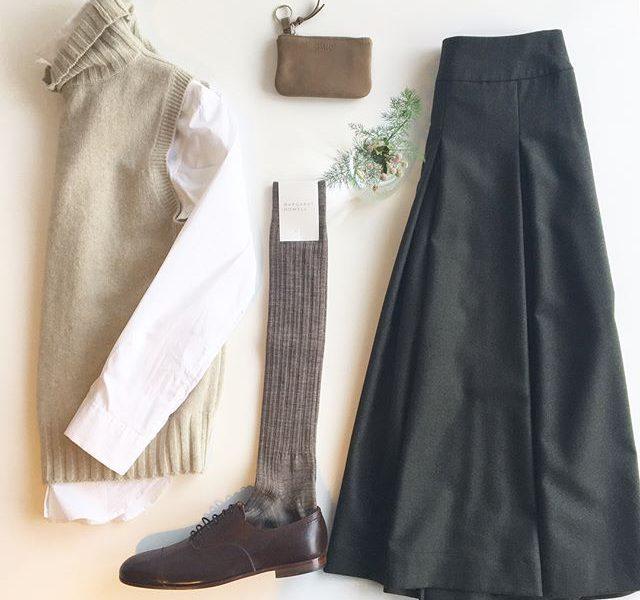 .冬になると履きたくなるスカート。ちょっと長めな丈でふんわりしすぎなかったら挑戦できるかな。膝小僧が覗くなんて絶対にむりだからスネあたりがチラリが理想。そう、このぐらいがちょうどいい。.スカートに合わせて履けるハイソックスやタイツも入荷してます。..あわせてこちらもどうぞ@haus_howell .#margarethowell #Fine wool flannel#flannel#skirt#vest#shirt#socks#Keycase#hausmatsue #島根#松江