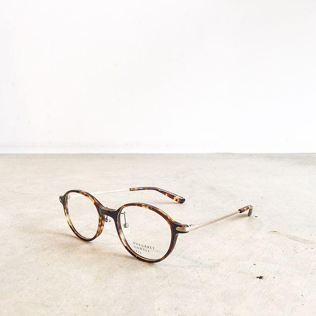 .マーガレットハウエルのクラシカルなべっ甲の眼鏡。フレームも大きすぎずさりげなく雰囲気があって素敵です。..@haus_megane #margarethowell Idea#メガネ#めがね#眼鏡#べっ甲#hausmatsue #島根#松江