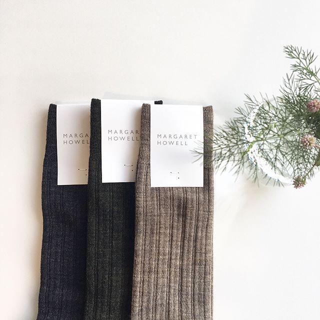 .そろそろ暖かい靴下の出番.毛羽が少なく、表面のクリーンな細い糸で編んだ定番のウールソックス。薄くて暖かいのでこれからの季節に重宝します。.color ダークチャコール、カーキ、ナチュラル.#margarethowell #wool rib socks #socks#ハイソックス#ribsocks#gift#hausmatsue #島根#松江