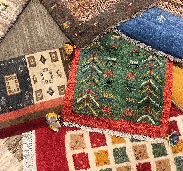 .【11/17(金)〜12/3(日)ギャッベ展】HAUSにたくさんのギャッベが届きました︎!!!!.800年の歴史のある手織り絨毯「ギャッベ」大自然の中で自由に織り上げられるギャッベは素朴で優しく温かい。そしてなにより次の世代にも受け継がれるくらい丈夫です。.色、柄、サイズ。ひとつひとつ全て違うギャッベ。是非お気に入りの一枚を見つけてください♡.#ギャッベ #ギャベ#ギャッベ展#2017 #2017冬 #冬 #インテリア #マット #絨毯#遊牧民の手仕事 #遊牧民#hausmatsue #島根 #松江