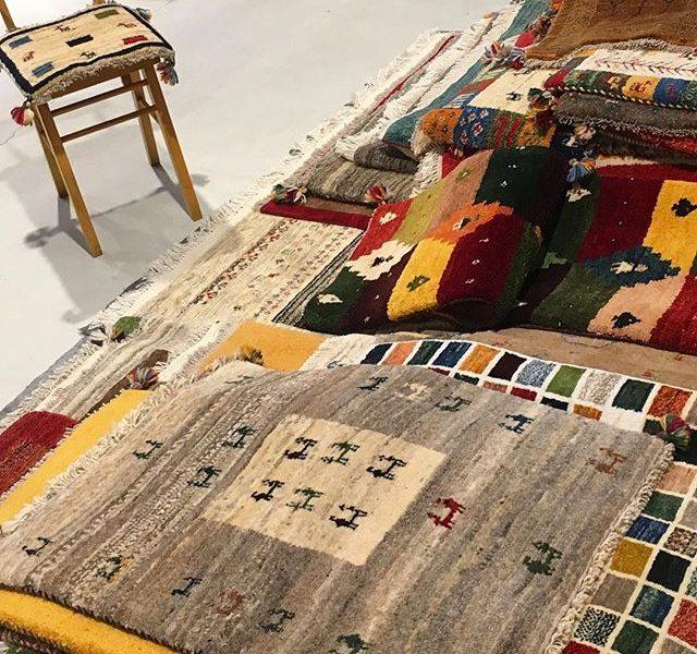 .【ギャッベ展】始まりました!♡11/17(金)〜12/3(日)HAUSとユーカリ荘の同時開催です︎.ひとつひとつ手織りされたギャッベはサイズ、色合いや柄どれひとつとして同じものはありません。世界にたったひとつしかない自分だけのお気に入りを一枚を♡.#ギャッベ #ギャベ#ギャッベ展#2017 #2017冬 #冬 #インテリア #マット #手織り絨毯#絨毯#遊牧民の手仕事 #遊牧民#hausmatsue #島根 #松江