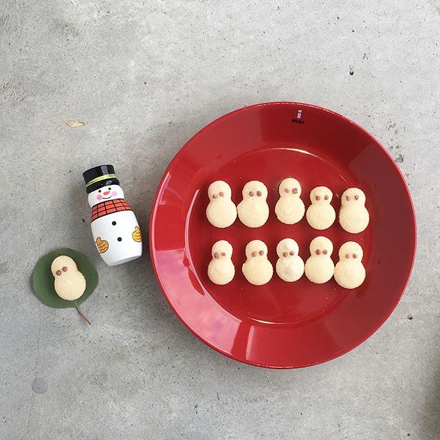 .【伊藤軒】さんから とっても可愛いゆきだるまのお菓子入荷しました♡.小さい子や大きい子目が大きかったり離れていたり、、、そんな可愛いゆきだるま達がたくさん入っています︎表面のお砂糖がキラキラしていてまるで雪みたい︎クリスマスにぴったりのお菓子です!.#伊藤軒 #焼菓子#クリスマス #クリスマスクッキー#ゆきだるま #雪だるまクッキー #お菓子 #おやつ#hausmatsue #島根 #松江