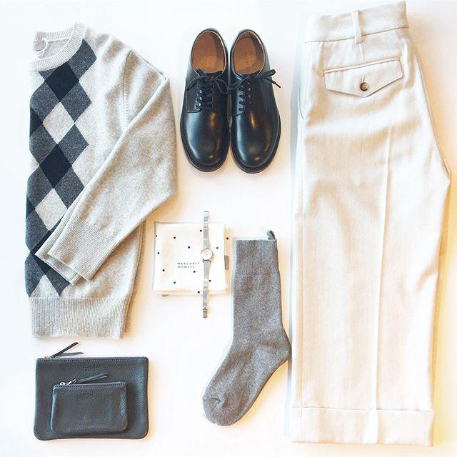 .冬のグレーと白。寒い季節になるとあわせたくなる色あわせ。..あわせてこちらもどうぞ︎@haus_howell .#margarethowell #wool cashimere argyle#argyle#knit#right flannel#trousers#クロップドパンツ #gray#white#socks#leathershoes#hausmatsue #島根#松江