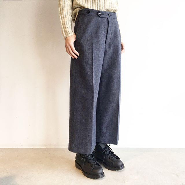 .リピーターさんの多いMHLのワイドトラウザー。程よい厚みに丈感。去年のシリーズをたくさん履きましたが毛玉もできずシワも目立ちにくい優秀なトラウザーでした。今年のネイビーも色目がきれいでおすすめです。..#MHL.#wool cotton drill#widetrousers#trousers#solovair #monkeyboots#hausmatsue #島根#松江