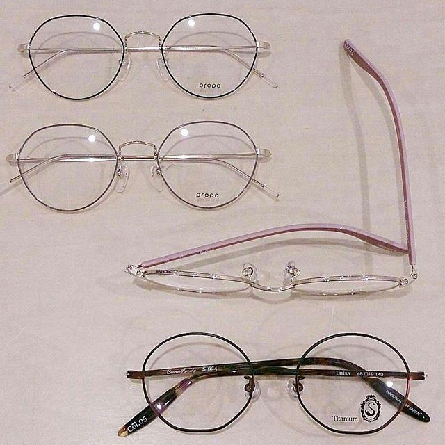 """new! 2018ss新作眼鏡入荷!第一弾は女性に人気の2大ブランド""""propo"""" と""""seacret remedy""""から。 すごく対照的な眼鏡が届きました上がpropoの""""JILL""""。クラウンパントと呼ばれる伝統的な玉型は、ボストン型の玉型の上部を多角形に切り取った形が特徴的です下がseacret remedyの""""Luisa""""。こちらは逆さクラウンパントとでも言いましょうかベースはボストン型なのですか、玉型の、なんと下部を多角形に切り取った形になっているんです! どちらのフレームも特徴的ですですが、女性に人気の両ブランド、不思議なほど顔に馴染んでしまいますよ。気になった方、是非店頭でお試しください。#hausmatsue #島根 #松江 #松江眼鏡 #プロポ #シークレットレメディ #クラウンパント #ボストン #丸メガネ #眼鏡女子 #おしゃれ眼鏡 #入荷ラッシュ #次は #オリバーピープルズ"""