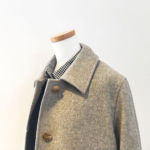 軽くて柔らかいハウエルのsoft wool coating.ベーシックなサイズ感とデザインのステンカラーコートは時代に囚われず永く着て頂けます。.毎年、流行りに流されがちなコート。ベーシックを永く。理想ですね。.size Ⅰ.Ⅱ.あわせてこちらもどうぞ︎@haus_howell .#margarethowell #soft wool coating#羊毛#coat#woolcoat#ステンカラーコート#hausmatsue #島根#松江