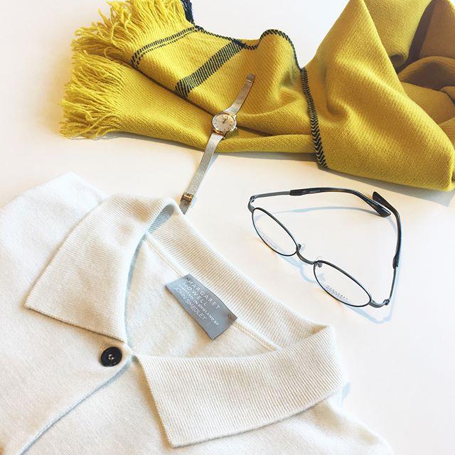 .スメドレーのエクリュのカーデに黄色いマフラー。気分が弾む元気な色もの。.そして女性らしいカーデにすっきりとしたチタンフレームのideaのめがね。.足し算引き算もすこしづつ。.あわせてこちらもどうぞ︎@haus_howell .#margarethowell #johnsmedley #polo collar cardigan #cardigan #micahirosawa#optical #眼鏡#めがねコーデ