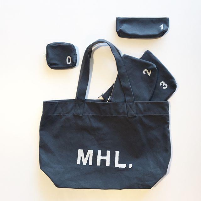 .MHL.の定番ロゴバッグ届きました。まずはトートバッグとナンバーポーチ。.バッグと合わせたカラーでポーチを揃えるのも◎.あわせてこちらもどうぞ︎@haus_howell .#MHL.#heavy cotton canvas#logobag#numberpouch#pouch#hausmatsue #島根#松江