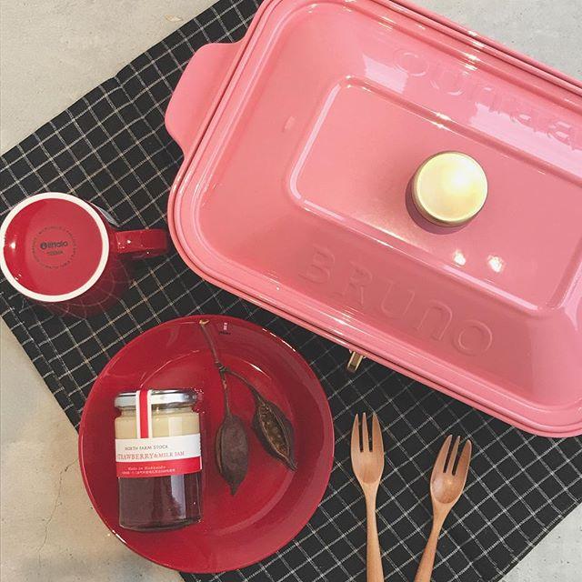 .ホットプレートといえば。BRUNO(ブルーノ)定番色の赤、白、ブラウン違う色がいいなーという方必見!!です★☆新たに4色が仲間入りです♡今日はその中の1つ、可愛いくて女性らしいカラー【シェルピンク】を。普段の料理はもちろん!特にスイーツが映えそうなカラーです♡..#ブルーノ #BRUNO#コンパクトホットプレート#ホットプレート#新色#SHELL PINK#シェルビング#ラブリースタイル#ホームパーティ#hausmatsue #島根 #松江