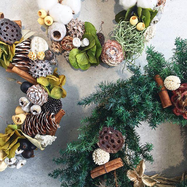 .Christmaswreathe.定番のヒバや木の実に可愛らしいあじさいそして綿花スパイスにシナモン。いろんなものでリースを飾る。.クリスマスにむけてリースも続々と作成中です.木の実やヒバの単品売りもありますので自分だけのオリジナルリースに挑戦するのもおすすめですよ..あわせてこちらもどうぞ@haus_flower ..#Xmas#Christmas#wreathe#ヒバ#cotton#cinnamon#あじさいリース #紫陽花#木の実 #プリザーブドフラワー #hausmatsue #島根#松江