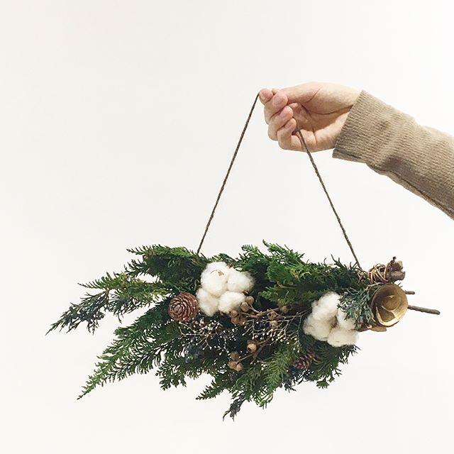 .バッグみたいだけどバッグじゃない。..スワッグをぶらさげたようなデザインのもの。.他にもいろいろ作成中ですよ.Xmasが終わってもたのしめるプリザたちぜひ、店頭にてご覧くださいませ.あわせてこちらもどうぞ︎@haus_flower .#Christmas#Xmas#スワッグ#cotton#wreathe#リース#preserved flower#プリザ#hausmatsue #島根#松江