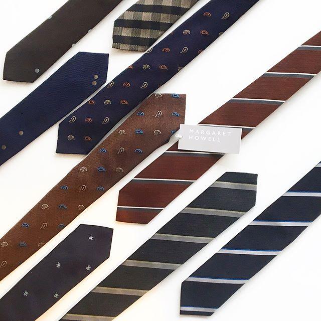 .ハウエルのネクタイたくさん、揃いましたXmas giftに🌲.冬ならではのあったかい素材のものも良いですね。男性ならではなアイテムに女子ゴコロは弾みます。..あわせてこちらもどうぞ︎@haus_howell …#margarethowell #necktie#tie#xmasgift #gift#Christmas#クリスマス#hausmatsue #島根#松江