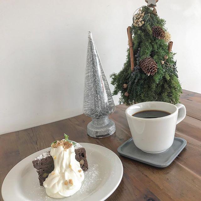 ..2017.12.25 (mon).今日はクリスマスですね。ハッピーメリークリスマス.みなさんはどんなクリスマスを過ごしましたか?どこのクリスマスケーキを食べられましたか??.HAUSのくるみのガトーショコラはパティシエさんの自信作です!くるみがいいアクセントになってとっても美味しいですよ◎..テイクアウトはできないのでぜひガトーショコラを食べにお越しくださいね。..明日も朝9時からモーニングオープンしております。たくさんのご来店お待ちしております♡…#merrychristmas #メリークリスマス#ガトーショコラ#cake #dessert #sweets #coffee #コーヒー#haus_matsue#hausmatsue #松江カフェ #島根カフェ#松江 #島根#ハッピーメリークリスマス