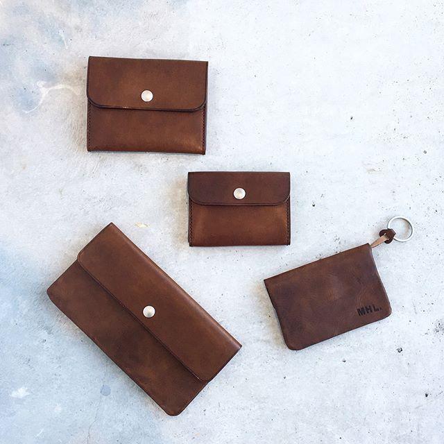 .MHL.TOUGH LEATHER 入荷です。.使い込むほど深い味わいになるベジタブルタンニンレザー。表情がひとつひとつ違うのも魅力的です。.長財布、二つ折り財布カードケース、キーケースの4種類。.color ブラウン、ブラック.あわせてこちらもどうぞ@haus_howell ..#MHL.#tough leather#wallet#財布#Keycase#Cardcase#ベジタブルタンニン#hausmatsue #島根#松江