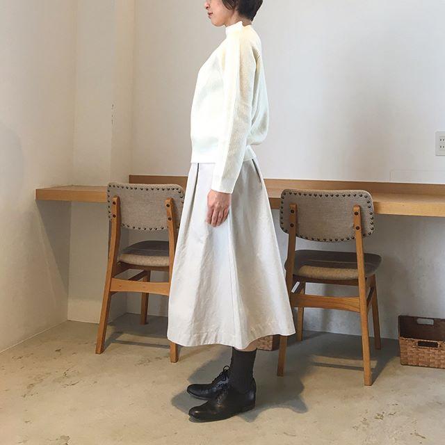 .寒くなると不思議と着たくなる白いもの。.背筋もシャンとする。.はやくも春物届き始めてます。.あわせてこちらもどうぞ@haus_howell ..#margarethowell #wool cotton jumper#knit#heavy cotton twill#skirt#white#hausmatsue #島根#松江