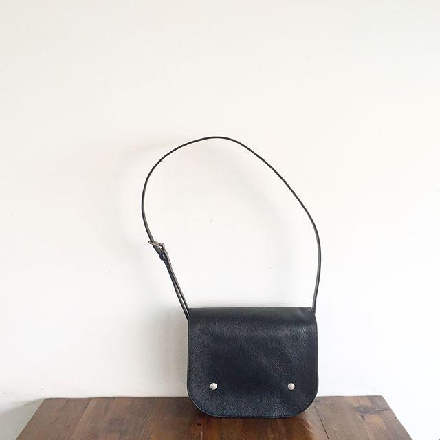 .やわらかいシボの牛革と丈夫なブライドルレザーを使ったBRIDLE LEATHER SHOULDER BAG入荷です。.あわせてこちらもどうぞ@haus_howell .#margarethowell #bridle leather shoulder bag#shoulderbag #bag#bridleleather #hausmatsue #島根#松江