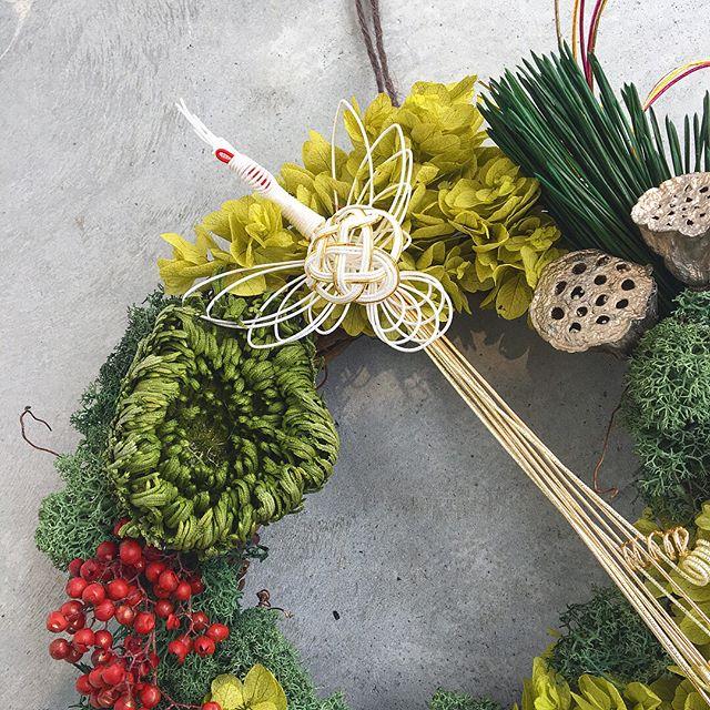 .もういくつ寝るとお正月。クリスマスが終わったらあっという間にお正月。プリザのリースもお正月仕様です正月ならではな色合わせも魅力的。.ほかにもお正月を彩るプリザのアレンジが店頭に並んでおります。ぜひ、店頭にてご来店下さいませ^^.あわせてこちらもどうぞ@haus_flower ..#正月#正月リース#プリザーブドフラワー #鶴#Japan#hausmatsue #島根#松江