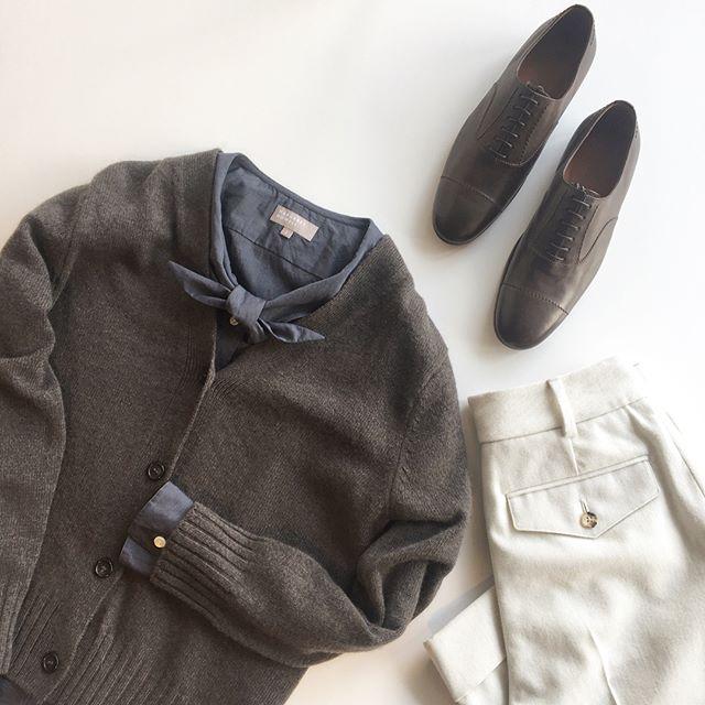 .寒いけども少しづつ春を混ぜながら。.新しいスタイルのネッカチーフシャツ。マーガレットさんもお気に入りのスタイルのシャツ。ガールスカウトのネッカチーフとシャツを合体させたような襟がデザインの特徴としているかわいらしいスタイル。かわいらしいシャツにはマニッシュにトラウザーを。.あわせてこちらもどうぞ︎ @haus_howell .#margarethowell #washed cotton#shirt#neckerchief shirt#cardigan#trousers #lace-up shoes#革靴#mannish#2018Spring#hausmatsue #島根#松江