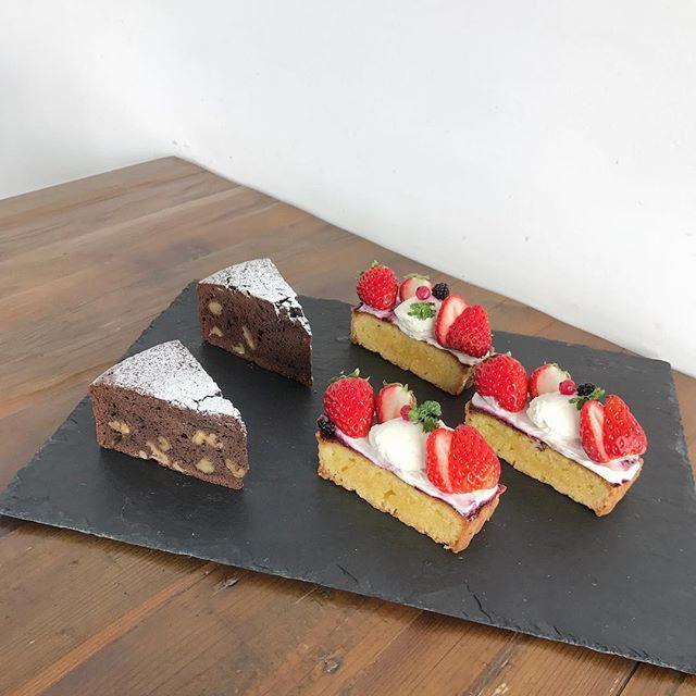 ..こんばんは◎.大人気ですぐ売り切れてしまういちごのタルトが出来上がりましたパティシエさんがこだわって焼き上げたさくさくのタルトがとっても美味しいですよ。..ぜひぜひお試しくださいね♡..こちらのページもチェックお願いします♡@haus_cafe_foods ..#dessert #sweet #tarte #cake#いちごのタルト #いちご#くるみのガトーショコラ#ガトーショコラ#cafetime #cafestagram #instafood #cafe #カフェ #カフェ巡り#haus_matsue#hausmatsue #松江カフェ #島根カフェ#松江 #島根