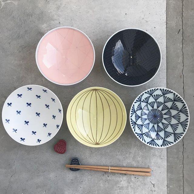 .カラフルなお茶碗。だけど優しい色味が落ち着いた雰囲気に。一般的なお茶碗よりも大きめで平たい形です。持ちやすく、重なりが良いので収納しやすさ◎ご自宅用にはもちろん、夫婦茶碗としてギフトで贈られるのもおすすめです☆..@haus_zakka こちらも合わせてお願いします!..#白山 #白山陶器#平茶碗#お茶碗 #茶碗#カラフル#ギフト #贈り物#箸置き #だるま#hausmatsue #島根 #松江