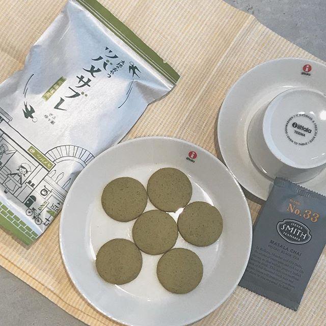 .3時のおやつにいかがでしょうか。抹茶もココアもプレーンもあれもこれも試したくなる。シンプルな味がくせになるツバメサブレです☆ちょっとした手土産にも。..@haus_cafe_foods こちらもお願いします!..#まっちん #山本佐太郎商店#大地のおやつ#ツバメサブレ#抹茶#プレーン #ココア#iittala #ティーマ#ホワイト#スティーブンスミス#チャイ#hausmatsue #島根 #松江