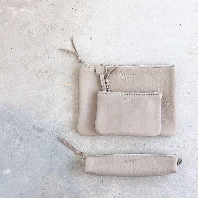 .ハウスグレーが春のハウスホールドグッズらしいカラーのLEATHER ACCESSORIES.今シーズンはシュリンクレザー。くったりと柔らかさが出るように革の厚みを1㎜以下の単位で剥ぎながら決めています。.あわせてこちらもどうぞ︎@haus_howell …#margarethowell #household goods#ハウスホールド#leather accessorys#leather#shrinkleather#シュリンクレザー#革#passportcase #Card&keycase#pencase#hausmatsue #島根#松江