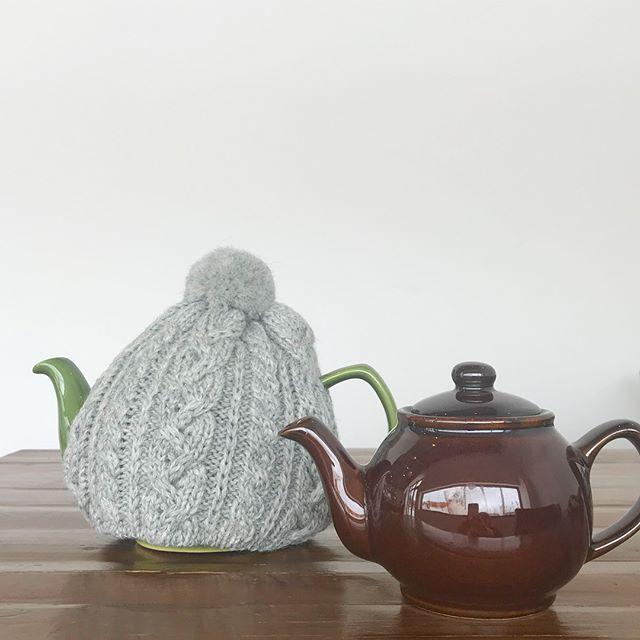 .ティーポットも冬仕様。ウールのティーコージー️ポンポンのついた帽子みたいでとっても可愛いです♡♡冷めにくく、そして可愛い。お茶の時間がより楽しくなりそう♡..@haus_zakka こちらも合わせてどうぞ☆..#ハイランド2000#ティーコージー#ティーポットカバー#ウール素材 #ウール#ぽんぽん付き#ティーポット#ピープルツリー#オーガニック#ダージリン #ダージリンティー#お茶 #ティータイム#hausmatsue #島根 #松江