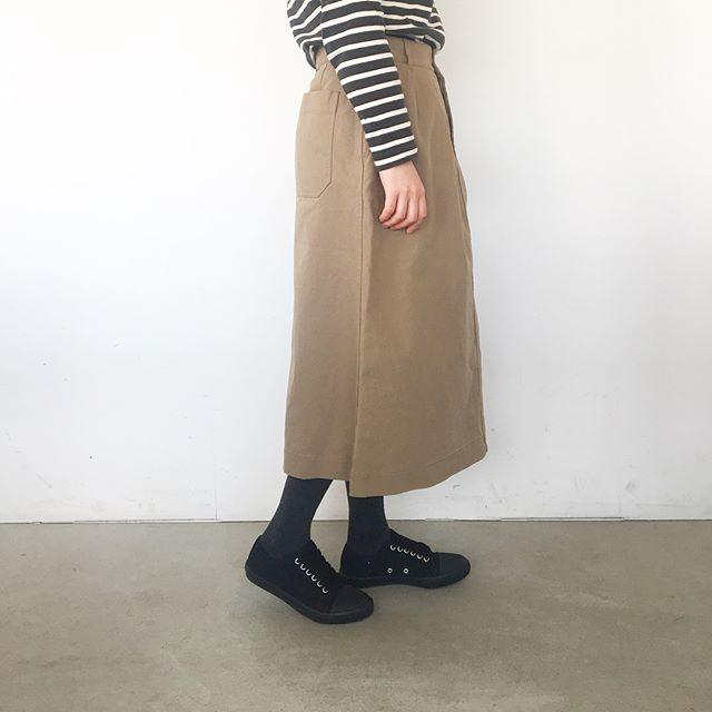 .長めな丈がうれしい2タックスカート入荷です。ラフな仕上がりのツイル素材。.あわせてこちらどうぞ @haus_howell .#MHL.#washed dense cotton#skirt#hausmatsue #島根#松江