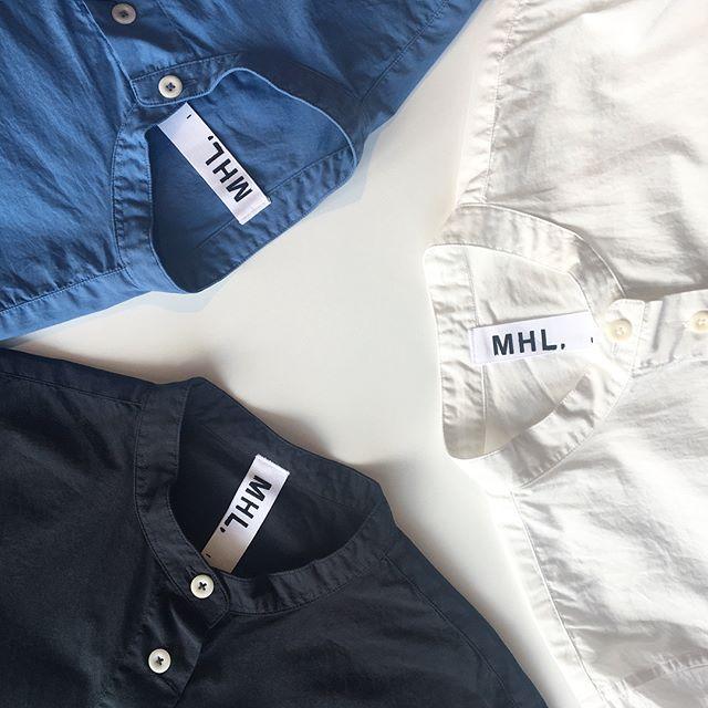 .MHL.定番のバンドカラーシャツ。今回は去年の秋冬にも人気だったリラックスしたシルエット。.すこし短めの袖なので程よいすっきり感も◎.color ホワイト、チャコール、ブルー.くわしくはこちらをどうぞ@haus_howell .#MHL. #garment dye basic poplin#shirt#hausmatsue #島根#松江